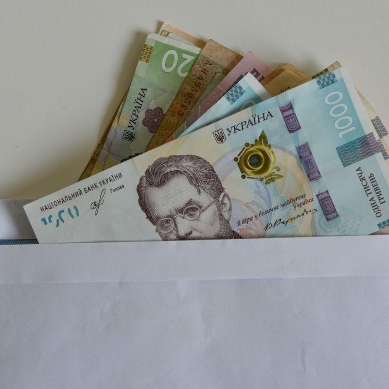 В каких областях и отраслях в Украине зарабатывают больше всего: Госстат обнародовал данные