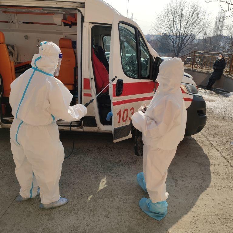 Не прийняла жодна лікарня: на Франківщині хвора на коронавірус померла у швидкій