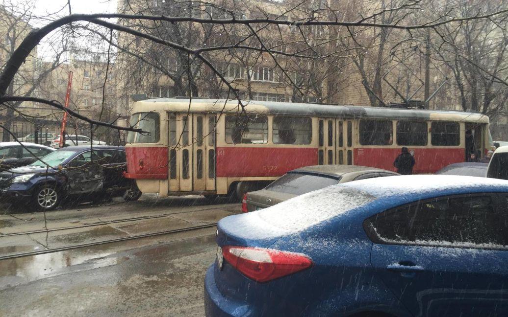 Трамвай злетів з колій. / © ТСН.ua