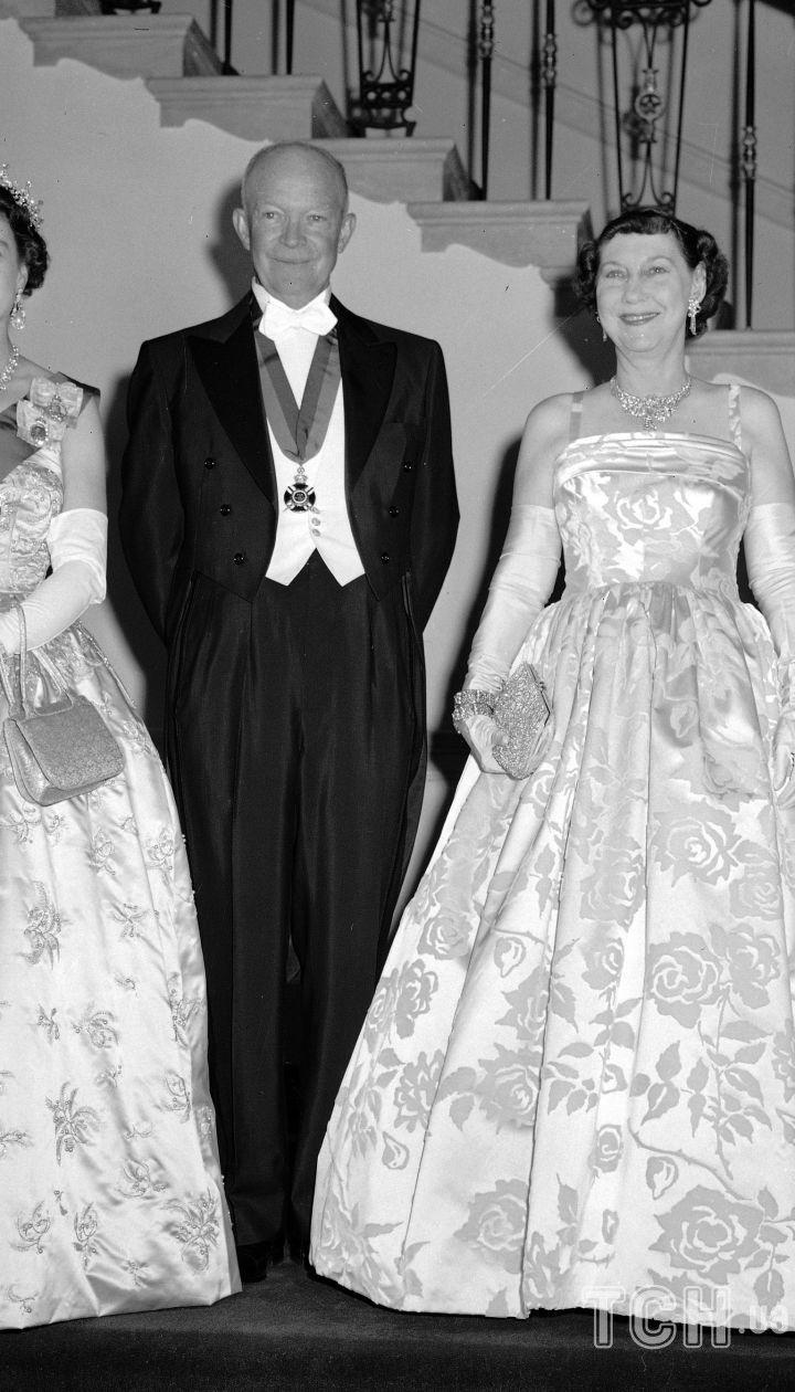 Президент Дуайт Ейзенхауер і перша леді Меймі з королевою Єлизаветою II і її чоловіком принцом Філіпом, 17 жовтня 1957 року в Білому домі / © Associated Press
