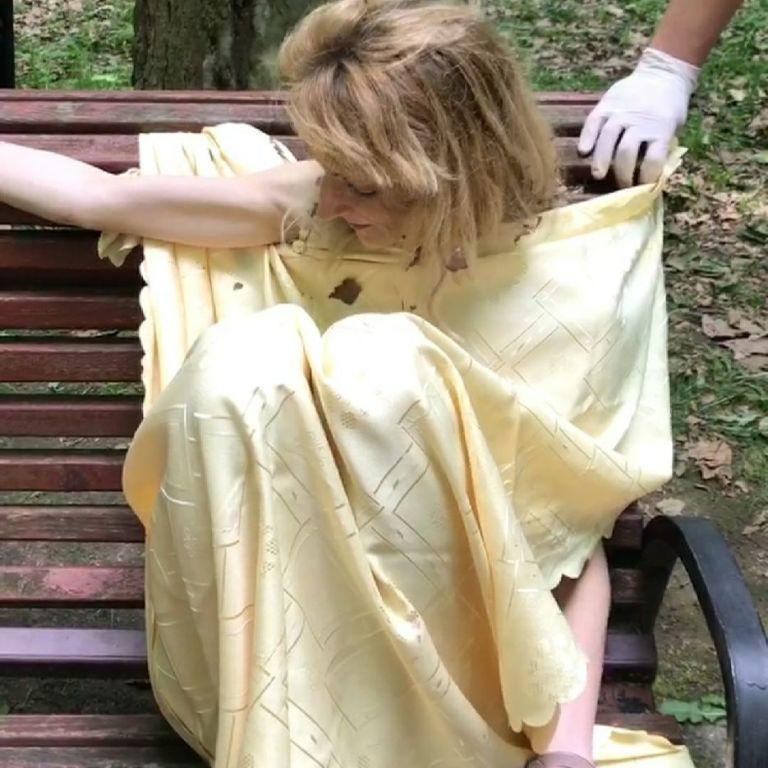 У Львові парком бігала оголена жінка: називала себе Євою, напала на двох дівчат та зірвала золотий ланцюжок (відео)