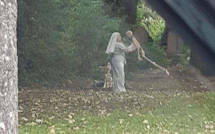 "В Британии заметили ""монахиню"", которая на старинном кладбище танцевала со скелетом (фото)"