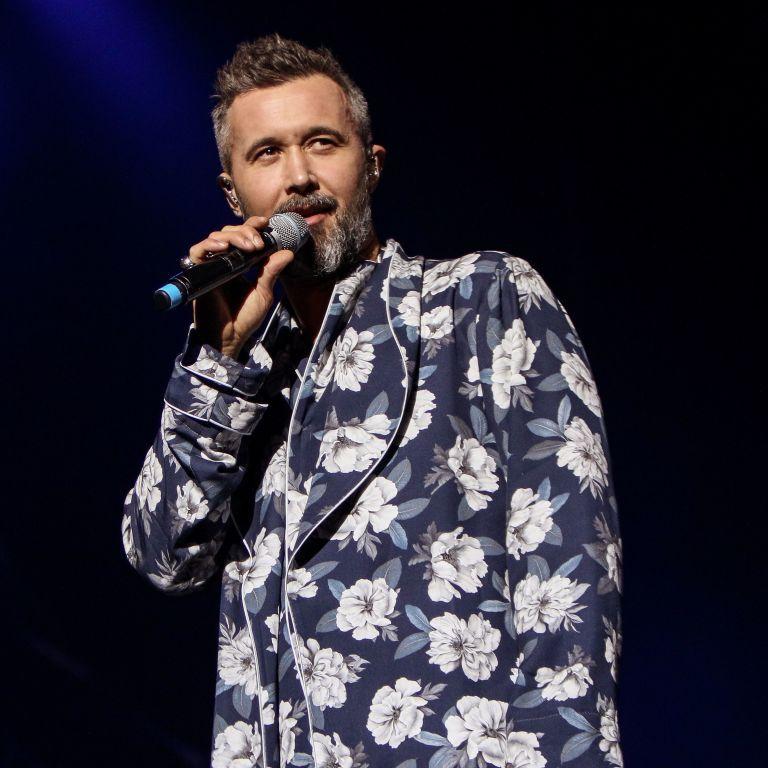 В халате с цветочным принтом и босиком: Сергей Бабкин собрал аншлаг на концерте в Киеве