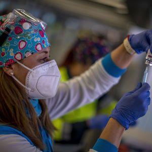 Вакциновані та дуже багаті: як США стимулюють людей робити щеплення від COVID