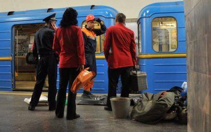 У Києві підліток катався на вагоні метро і впав на рейки