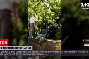 Новини України: в Одесі легковик на шаленій швидкості злетів із бетонного парапету просто у бік моря
