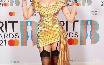 В платье от Vivienne Westwood и черных чулках: Дуа Липа получила премию BRIT Awards