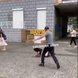 У Дніпрі чоловік посеред вулиці ногами побив жінку, вона знепритомніла: з'явилося відео