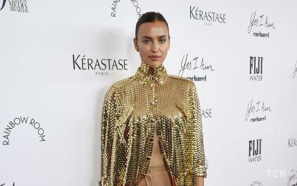 В золотой рубашке и брюках Burberry: Ирина Шейк в стильном образе посетила фэшн-ивент