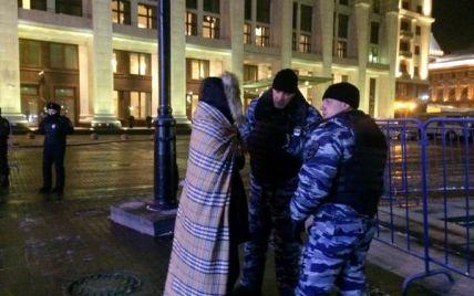 Кілька десятків росіян усю ніч простояли на Манежці, а вранці їх затримали