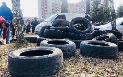 У Львівській області заблокували в'їзди до шпиталю, куди можуть привезти на карантин українців з Китаю