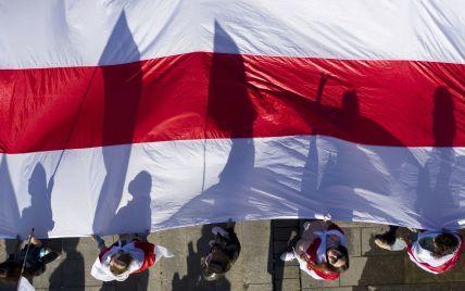 У Мінську затримали журналіста за біло-червоний шарф в авто