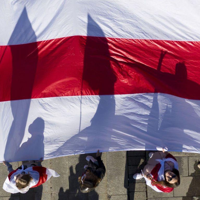 В Минске задержали журналиста за бело-красный шарф в авто