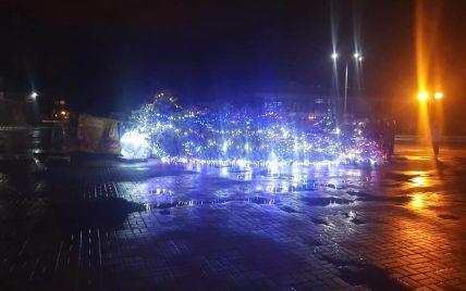 У Каневі сильний вітер повалив головну ялинку міста: конструкцію прибрали