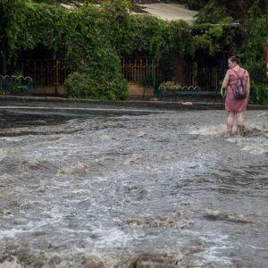 Одессу накрыл мощный ливень: затоплены улицы и дороги
