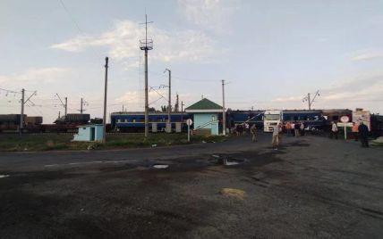 У Полтавській області поїзд врізався у вантажний трейлер: низка рейсів затримується, є постраждала (фото)