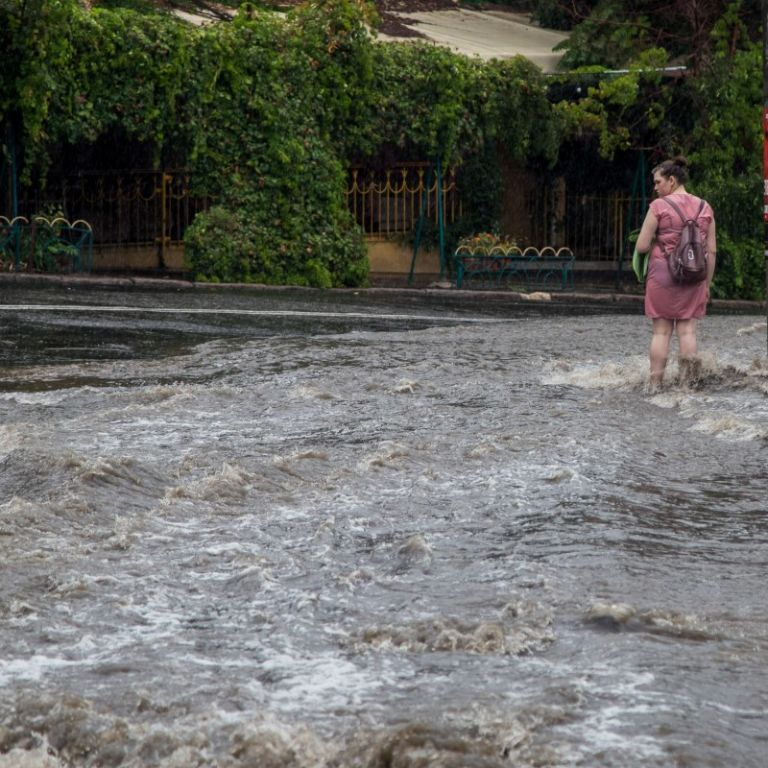Одесу накрила потужна злива: затопило вулиці та дороги