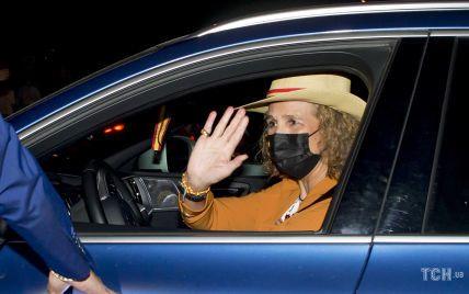 В оранжевом костюме и эспадрильях: принцесса Елена сходила на корриду