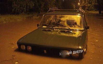До слез: в Сети показали, как подтопило частные дома в Днепре и залило улицы (видео)