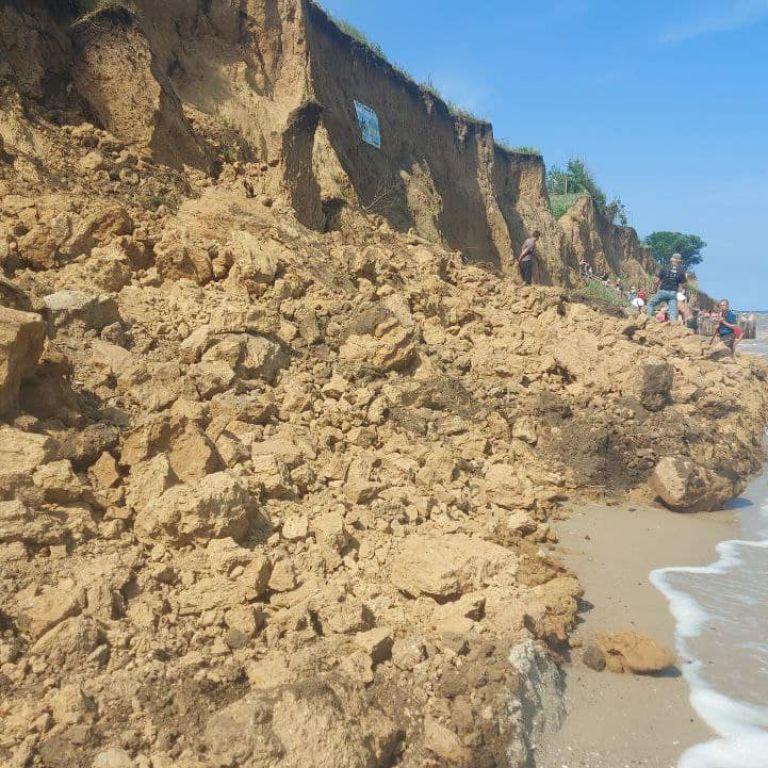 Обвал на пляже в Одесской области: информация о людях под завалами пока не подтвердилась