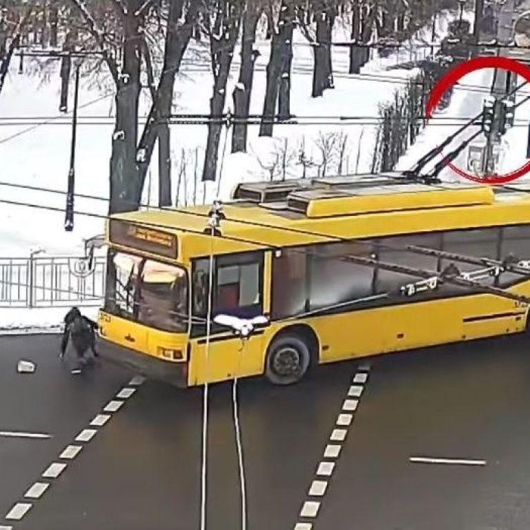 В Киеве троллейбус сбил женщину на пешеходном переходе: полиция обнародовала видео ДТП