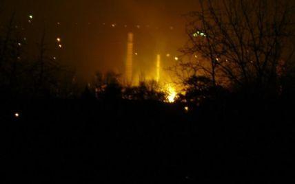 У Донецьку в результаті обстрілу загорівся завод Ахметова (фото, відео)