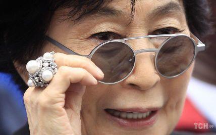 Королева стильних оправ: які сонцезахисні окуляри носить Йоко Оно
