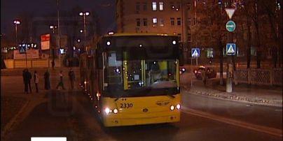 В Киеве водитель троллейбуса устроил ДТП и обрыв проводов, пересекая двойную сплошную