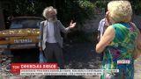В Запорожье мужчина отдал дом животным, а 92-летнюю мать отправил жить в старый автомобиль