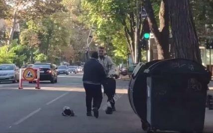 """""""Джедаї вже не ті"""": у Одесі чоловіки побилися на милицях (відео)"""