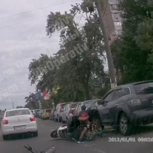 """""""Отец года"""": в Киеве отец с сыном перебегали дорогу, держа велосипеды, и ребенка сбил мотоцикл"""