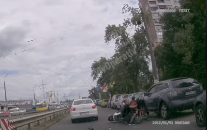 """""""Батько року"""": у Києві батько з сином перебігали дорогу, тримаючи велосипеди, і дитину збив мотоцикл"""
