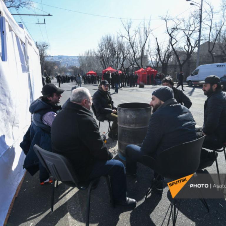 В Армении протестующие провели ночь на улице: запланирован митинг
