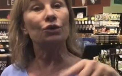 Американка потеряла работу, потому что кашляла на посетителей супермаркета