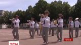 Дети из Славянска приехали в гости к военным, которые восстановили после обстрелов их школу