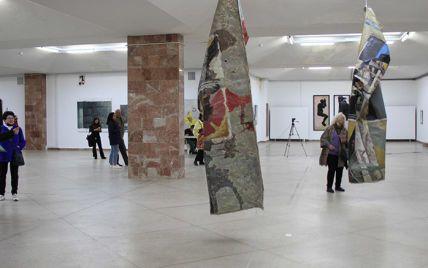 """""""Suck my d*ck и"""" Kiss my a*s """"Львовский дворец искусств изъял из выставки картины из-за жалоб посетителей"""