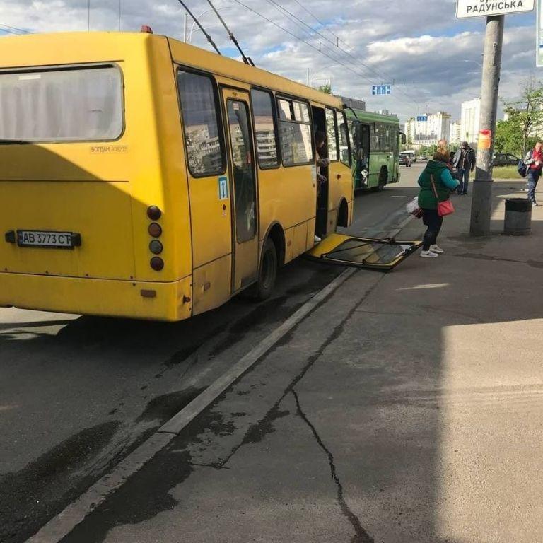 В Києві у маршрутки на ходу відвалилися двері