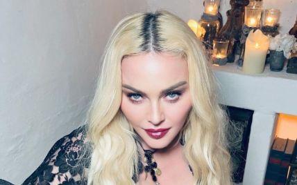 Мадонна в платье с откровенным декольте устроила эпатажную фотосессию в церкви