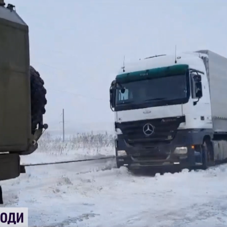 Хуртовина на заході України: рятувальники діставали із заметів автомобілі, фури та автобуси