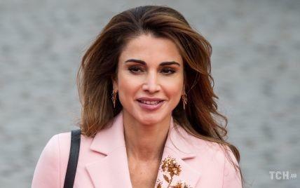 В блузке с бордовым акцентом: красивая королева Рания приняла участие в форуме
