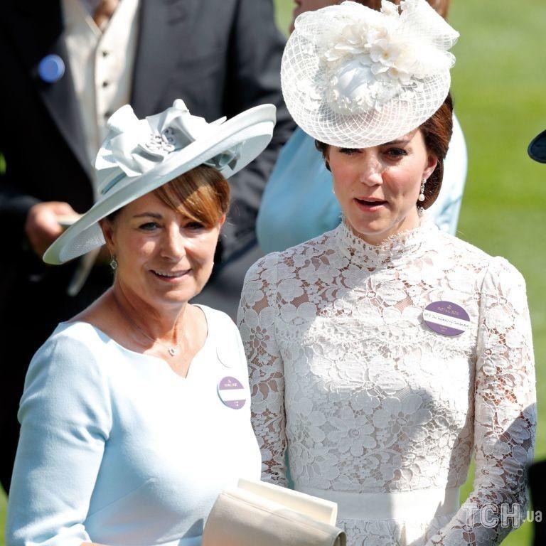 Кенсингтонский дворец опубликовал милое фото маленькой Кейт Миддлтон с мамой