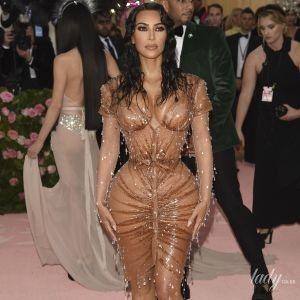 У сукні з імітацією крапель води: Кім Кардашян підкреслила сексуальні форми екстравагантною сукнею