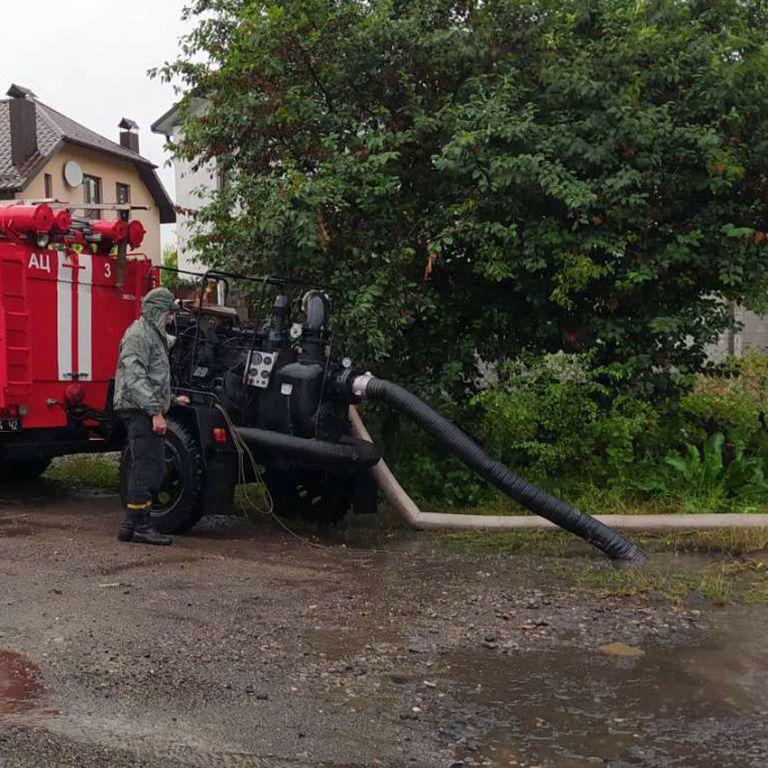 Затоплены дороги и рынок, поваленные деревья: в Хмельницкой области свирепствовала непогода (фото)