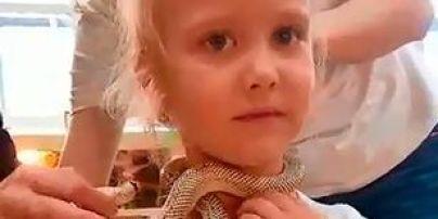 Ужасный инцидент: 5-летнюю девочку за лицо укусила ядовитая змея в зоопарке (фото)