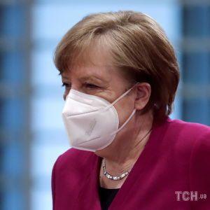 Вирішила змішати вакцини: Меркель щепилася препаратом Moderna після першої дози AstraZeneca