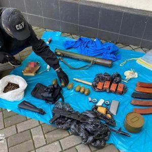 В центре Киева СБУ обнаружила большой арсенал оружия и боеприпасов: где их хранили (фото)