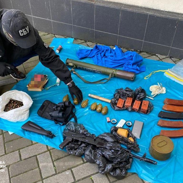 У центрі Києва СБУ виявила великий арсенал зброї та боєприпасів: де їх ховали (фото)