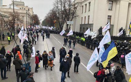 У Києві мітингувальники перекрили рух вулицею Грушевського в обох напрямках