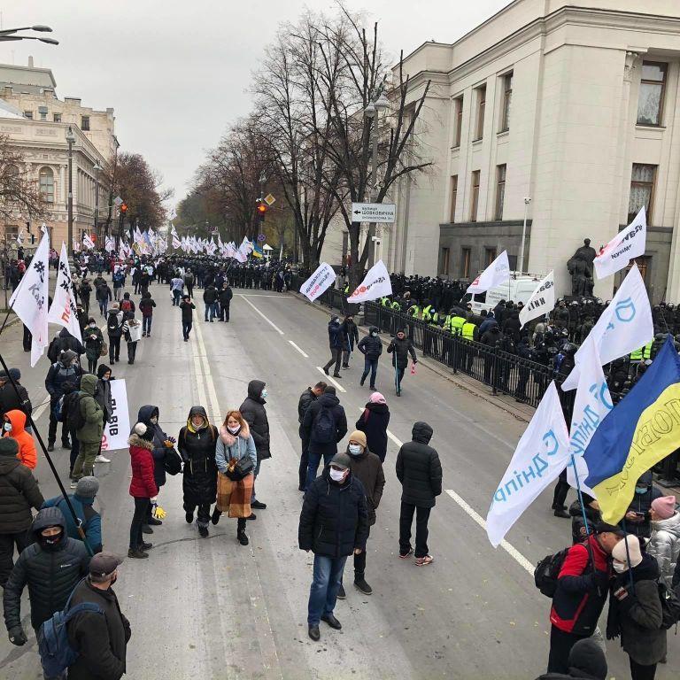 В Киеве митингующие перекрыли движение по улице Грушевского в обоих направлениях