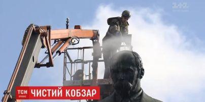 У Києві вперше за 15 років помили пам'ятник Шевченку